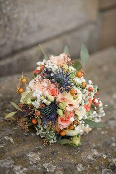 Autumn Feeling. Ein romantischer Brautstrauß für die Hochzeit im Herbst. (Blumen: @wildflowerstgt / Foto: Alex Wunsch)