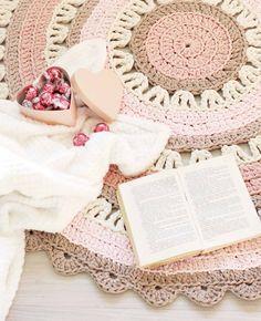 Romanttisen ihana virkattu matto luo lempeää tunnelmaa...