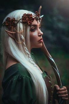 une fée avec guirlande de fleurs sèches comme ornements de cheveux, maquillage… a fairy with garland of dry flowers like ornaments of hair, make-up and a bow… – Costume Halloween, Halloween Makeup, Elf Makeup, Fairy Makeup, Fairy Costume Makeup, Halloween Fairy, Elfa, Foto Fantasy, Fantasy Art