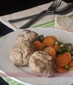 Polpette di carne con carote e piselli verticale