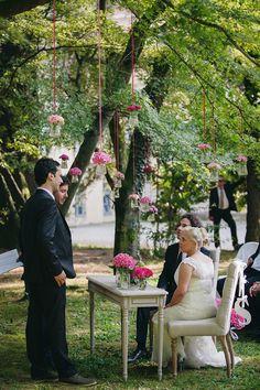 lovely outdoor ceremony setting // photo: nina milani http://weddingwonderland.it/2015/03/matrimonio-fucsia-torino.html