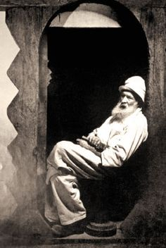 Constantin Brancusi (Romanian artist) - His sculpture was also inspired by traditional Romanian architecture& carvings which have preserved symbols that also appeared at Tărtăria culture BC) Art Photography, Artist Inspiration, Artist At Work, Portrait Artist, Famous Artists, Great Artists, Art, Constantin Brancusi, Art History