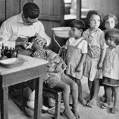 Οφθαλμολογική εξέταση στο Νοσοκομείο Αμερικανίδων Κυριών Νέας Κοκκινιάς. Vintage Pictures, Old Pictures, Old Photos, Greece Pictures, Greece Photography, Greek History, Athens Greece, Yesterday And Today, Historical Photos