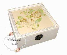 MEDIDAS: 15X15X9 CM P.V.P 13€ Una caja con aire romántico, ideal para una boda o aniversario... Caja de madera decapada. Flores pintadas a mano alzada con acrílicos. Acabado satinado.