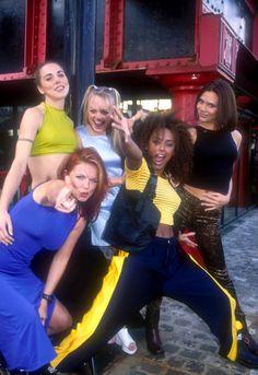 A vez em que a atual Victoria Beckham, que às vezes sai com a Anna Wintour, usou uma calça com estampa de onça. | 27 vezes em que as Spice Girls usaram looks melhores que os seus