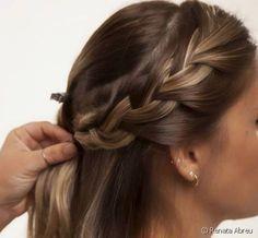 Penteado fácil para o trabalho: veja o passo a passo de um cabelo semi preso com tiara de trança lateral Hair Growth, Bobby Pins, Style Me, Fashion Beauty, Hair Cuts, Hair Beauty, Hair Accessories, Glamour, Headbands