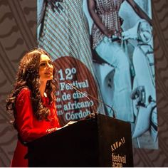 Susana Córdoba con mono hungria rojo