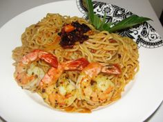 nigerian food shrimp and noodles South African Dishes, West African Food, Nigeria Food, Indian Food Recipes, Ethnic Recipes, Seafood Dishes, International Recipes, Quick Meals, Soul Food