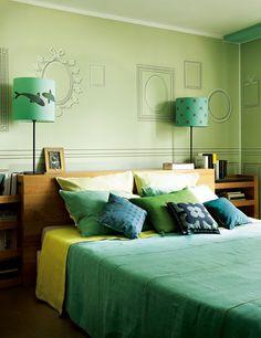 Une décoration modulable pleine de fantaisie dans un atelier de peintre lyonnais. La chambre des parents : harmonie de vert - Marie Claire Maison