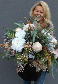 Christmas Flower Arrangements, Christmas Flowers, Christmas Centerpieces, Xmas Decorations, Flower Decorations, Christmas Door Wreaths, Christmas Swags, Diy Christmas Gifts, Christmas Projects