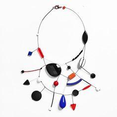 Lora Nikolova, gioielli come opere d'arte e di creatività, espressione di una visione introspettiva e astratta dal design innovativo.