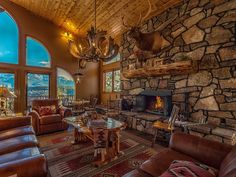 Phenomenal View Of Pike's Peak In Spacious Mountain Lodge. Enjoy this beautiful mountain lodge with friends and family or a nice retreat for yourself. Colorado Resorts, Woodland Park, Pikes Peak, Wood Ceilings, Park Homes, Bedroom Loft, Renting A House, Nice View, Great Rooms