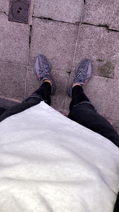 Style with my yeezy boost Beluga Stylish Mens Outfits, Tomboy Outfits, Yeezy Fashion, Sneakers Fashion, Yeezy Outfit, Luxury Lifestyle Fashion, Yeezy Shoes, Yeezy Boost, Photos