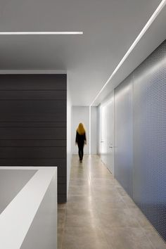 Office design: Let's fall in love with the most dazzling mid-century office that features unique office lighting designs Corridor Lighting, Cove Lighting, Linear Lighting, Office Lighting, Interior Lighting, Modern Office Design, Office Interior Design, Office Interiors, Office Designs
