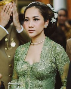 Kebaya Lace, Kebaya Brokat, Batik Kebaya, Kebaya Dress, Indonesian Women, Indonesian Wedding, Girl Hairstyles, Wedding Hairstyles, Model Kebaya