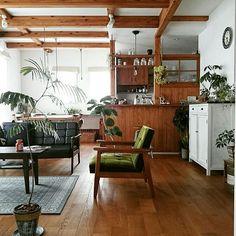 RoomClipユーザー宅でも多く採用されている無垢材の床。100%天然木でできたフローリングは、優しい手触りが魅力的です。それに年月と共に変化が見られる味わい深いものです。さて今回は、無垢材の床がある暮らしを見ていきましょう。どの部屋からもぬくもりが伝わってきますよ。