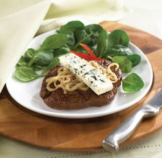 Bifteck avec oignons, graines de carvi et fromage bleu