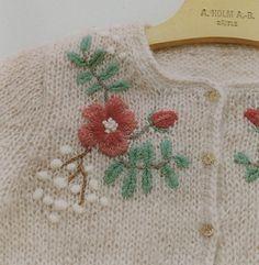 Mariko Mikuni es una diseñadora japonesa de prendas y complementos tejidos a mano. Es la autora de varios libros y, a pesar de la barrera lingüística, sus creaciones gozan de una notable internacio…