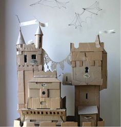 Château fort en carton à construire. Des projets DIY à construire avec des boîtes et des rouleaux de papier toilette.