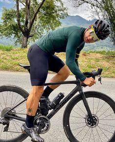 Cycling Lycra, Cycling Bib Shorts, Cycling Wear, Cycling Girls, Cycling Outfit, Men's Cycling, Senior Photography Poses, Lycra Men, Mens Tights