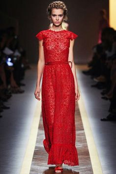 Discover the latest in designer apparel and accessories by legendary Italian fashion designer Valentino Garavani. Shop now at the official Valentino Online Boutique. Runway Fashion, Fashion Show, Fashion Design, Fashion Spring, London Fashion, Dress Fashion, Fashion Trends, Red Valentino Dress, Valentino Paris