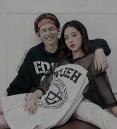 Bts Blackpink, Blackpink Video, Bts Girl, Kpop Couples, Girl Couple, Blackpink And Bts, Kim Taehyung, Fanart, Together Forever
