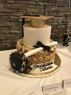 College Graduation Cake for fashion major black, white and gold theme party College-Abschluss-Kuchen College Graduation Cakes, Graduation Party Planning, Graduation Celebration, Graduation Decorations, Birthday Decorations, Graduation Theme, Graduation Cupcakes, Cake Decorations, Birthday Sheet Cakes