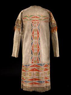 Мужское пальто, предположительно Равнинные Кри, возможно полученное от Сарси. 1780-1820 гг.