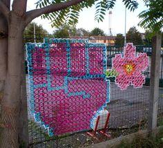 Creative Street Art - Cross-Stitch Murals on Fences Yarn Bombing, Fence Weaving, Guerilla Knitting, Graffiti, Diy Recycling, Grades, Chain Link Fence, Fence Art, Middle School Art