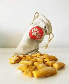 Hundekekse ganz einfach selber backen. Schnell ✔ einfach✔ gesund ✔ Mit nur wenigen Zutaten zeigen wir in diesen leckeren Rezepten wie du ganz schnell und unkompliziert Leckerli für deinen Hund backen kannst.