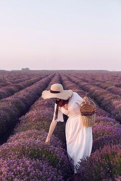 www.andreeabalaban.ro Un câmp de lavandă, totuși Dreamy Photography, Farm Photography, Photography Women, Fashion Photography, Lavender Fields, Lavender Flowers, Valensole, Poses Photo, Girl With Hat