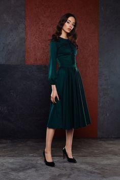 długa szmaragdowa sukienka z eleganckimi rękawami zebranymi przy nadgarstkach góra sukienki ozdobiona ręcznie wykonanymi kwiatami plisowana spódnica z koła prać chemicznie modelka ma 174cm wzrostu i ma na sobie rozmiar XS