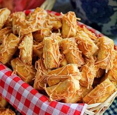 Almond Kaastengels recipe Article Contents: Materials How to Make The Almond Kaastengels / castangle recipe is the most famous cake my mother has taught Cookie Recipes, Snack Recipes, Healthy Recipes, Snacks, Resep Cake, Cake Packaging, Cheese Cookies, Indonesian Cuisine, Food Articles