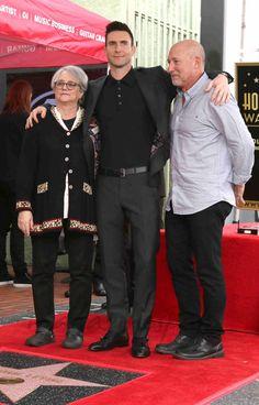 Adam Levine, líder y cantante del grupo Maroon 5, recibió su estrella en el paseo de la fama de Hollywood acompañado de su esposa, la modelo Behati Prinsloo, y su hija, Dusty Rose.