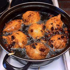 Oliebollen volgens grootmoeders recept, gemaakt in een handomdraai! Met dit recept worden ze luchtig van binnen en knapperig van buiten. Bak je mee?