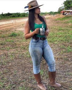 Image may contain: one or more people, hat, shoes and outdoor Sexy Cowgirl Outfits, Country Girls Outfits, Curvy Outfits, Cute Country Girl, Looks Country, Superenge Jeans, Sexy Jeans, Vaquera Sexy, Super Flare Jeans