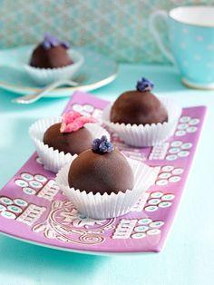 Pralinen sind ein besonderes Geschenk. Feine Schokolade, eine Prise Nuss- und Mandelkern - unsere Pralinen Rezepte sind raffiniert und einfach zugleich.