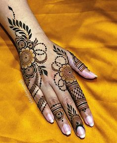 Stunning & Trending Back Hand Mehendi Designs For Brides! Pretty Henna Designs, Latest Arabic Mehndi Designs, Henna Tattoo Designs Simple, Finger Henna Designs, Back Hand Mehndi Designs, Latest Bridal Mehndi Designs, Henna Art Designs, Mehndi Designs For Beginners, Mehndi Design Photos