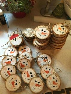 wunderbare DIY Weihnachten Bastelideen aus dem Wald y Manualidades Reciclaje y Manualidades Ideas y Manualidades ✂️ Rustic Christmas Ornaments, Christmas Ornament Crafts, Noel Christmas, Xmas Crafts, Diy Christmas Gifts, Wood Ornaments, Ornaments Ideas, Snowman Ornaments, Wooden Christmas Crafts