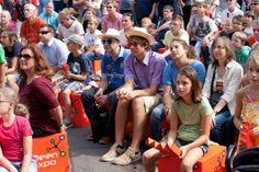 IdeenExpo 2013 in Hannover: Das Programm auf der Außenbühne fesselt die Zuschauer. Und auf den beliebten IdeenExpo-Sitzwürfeln lässt es sich in der Sonne gut aushalten!