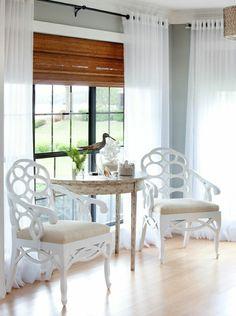 chambre avec une grande baie vitrée d angle rideaux
