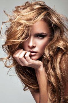 diese lange Frisur eignet sich für feine und geraden Haartypen. Die horizontale Fringe und abgewinkelte Ebenen zentrieren das Gesicht sind razor-text...