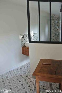 Salle de bains de charme avec verrière et carreaux de ciment