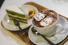 Latte art kawaii et gâteau au matcha à Macky Café à Nakai, #Tokyo