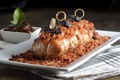 La receta de lomo de cerdo con salsa de ciruela y tocino es perfecta para una celebración muy especial. El sabor dulce de la ciruela contrasta perfectamente con el gusto salado y delicioso del lomo y del tocino. Un platillo que no puede faltar en ninguna celebración.