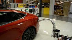 """Tesla dice que sus coches serán capaces de cargarse solos y nos lo demuestra en vídeo   Tesla es sin duda una de las compañías que ha traído de vuelta la palabra """"innovación"""" hacia la tecnología de consumo esto gracias a sus ya famosos coches eléctricos sus baterías para el hogar y en general sus desarrollos basados en el aprovechamiento dentro del consumo de energía renovable.  Lo mejor de todo es que siguen trabajando en proyectos que nos hacen soltar expresiones de asombro. Como en esta…"""