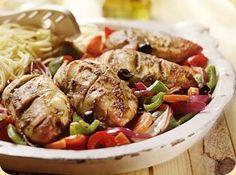 Gegrilde kip in pesto met geroosterde groenten recept - Kip - Eten Gerechten - Recepten Vandaag Je moet alleen de kip langer in de oven laten, 30 min is veel te kort!