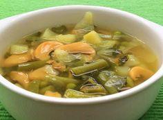 Rica en vitaminas y en sabor, esta ligera sopa se elabora con champiñones y hortalizas verdes como son chayote, apio, cebolla, ejotes, chícharos y col.