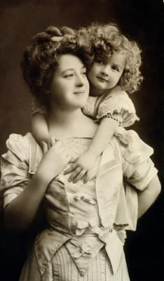 Mother and Child, so lovely and quite informal. Images Vintage, Photo Vintage, Vintage Pictures, Vintage Photographs, Old Pictures, Vintage Postcards, Old Photos, Creation Image, Victorian Photos