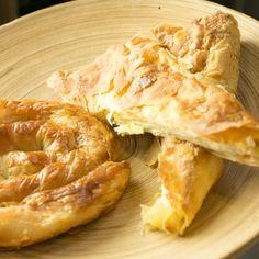 Börek is een echt Turks hapje die je tegenwoordig niet alleen maar in Turkije kan eten, maar ook veel in Nederland ziet. Dus het werd maar eens tijd om deze lekkernij eens zelf te maken!